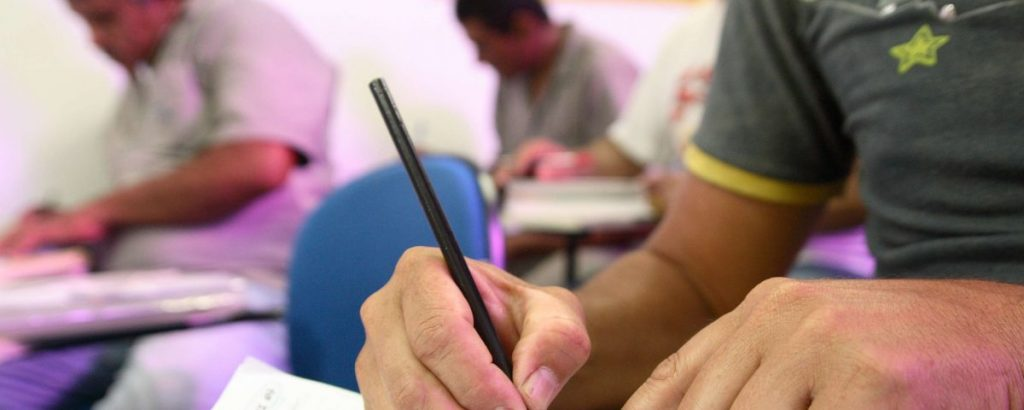 Ensino de Jovens e Adultos enfrenta dificuldades no Brasil
